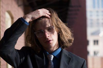 長髪の外国人男性