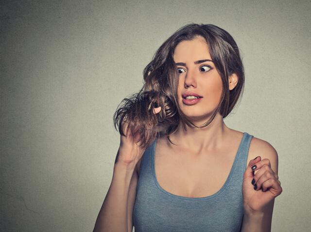 髪の毛のコンディションに愕然とする女性